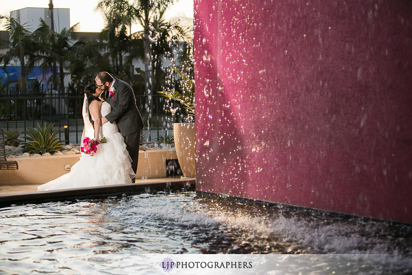 16-museum-of-latin-american-art-wedding-photographer