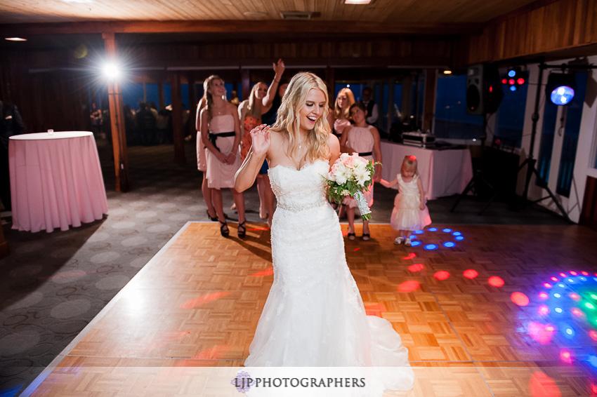 26-beach-wedding-photographer-bouquet-toss