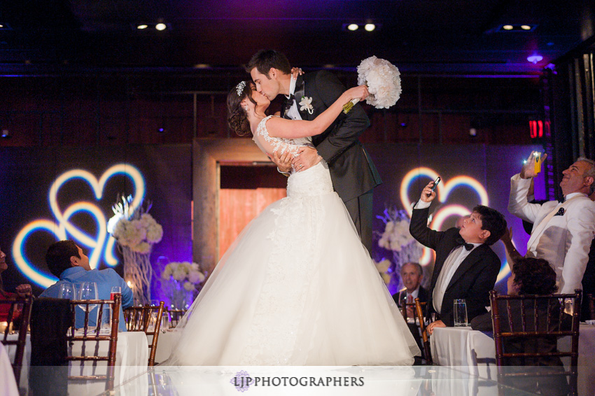 18-anqi-bistro-wedding-photographer-first-kiss