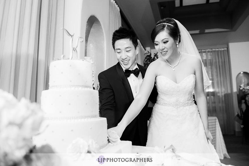 18-turnip-rose-promenade-and-gardens-wedding-photographer-cake-cutting