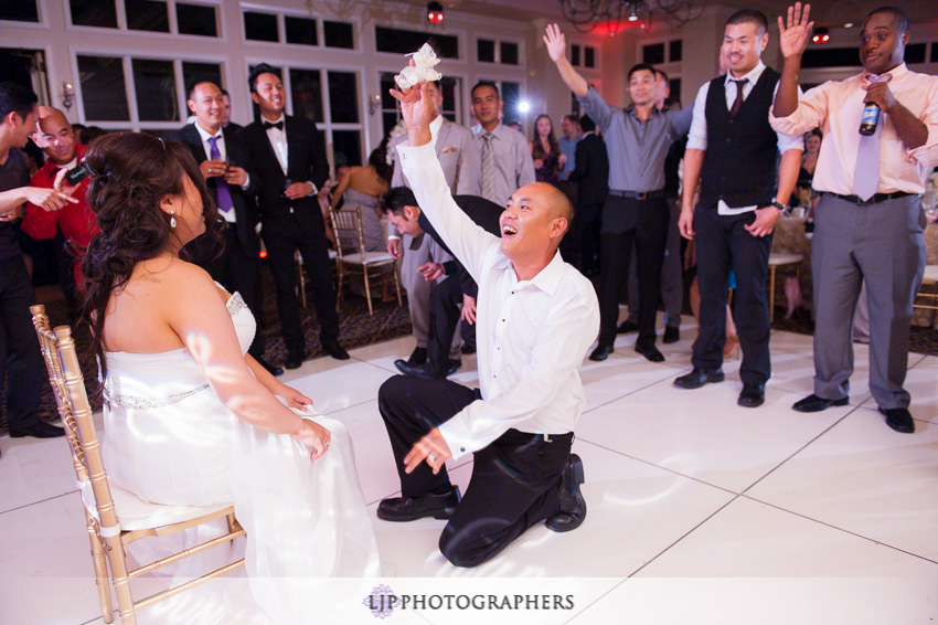 25-summit-house-fullerton-wedding-photographer-garter-toss
