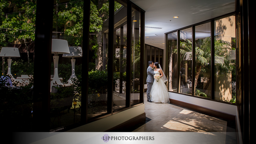 12-avenue-of-the-arts-wyndham-hotel-wedding-photographer