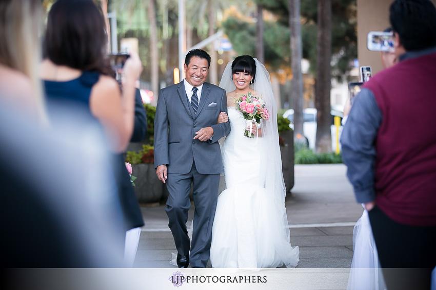 18-avenue-of-the-arts-wyndham-costa-mesa-hotel-wedding-photographer-wedding-ceremony-photos