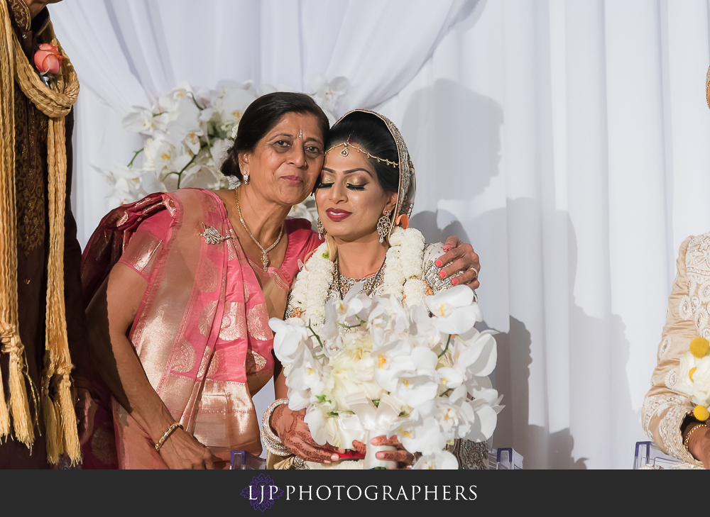 23-anaheim-marriott-indian-wedding-photographer-wedding-ceremony-photos