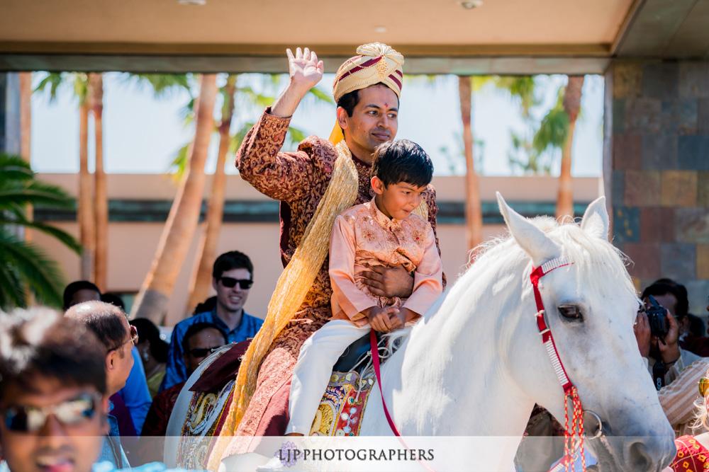 15-santiago-canyon-mansion-indian-wedding-photographer-baraat-wedding-ceremony-photos
