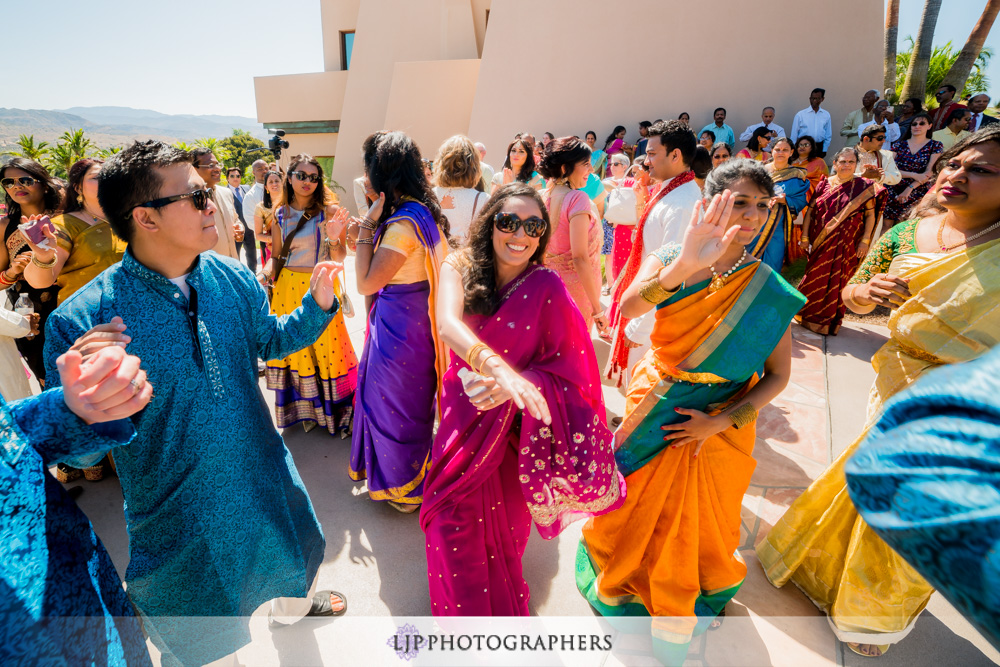 18-santiago-canyon-mansion-indian-wedding-photographer-baraat-wedding-ceremony-photos