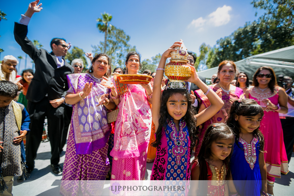 22-newport-beach-marriott-hotel-indian-wedding-photographer-baraat-wedding-cemony-photos