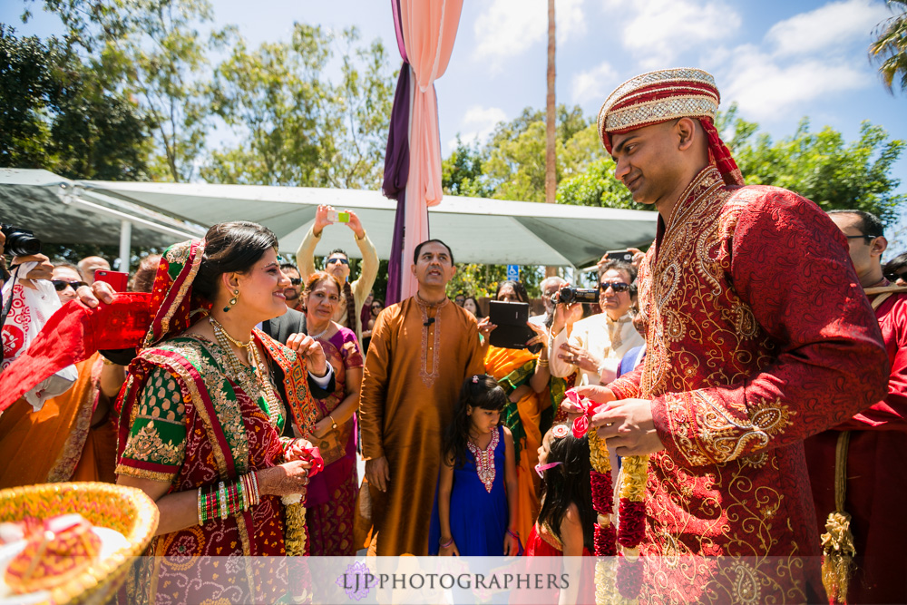 23-newport-beach-marriott-hotel-indian-wedding-photographer-baraat-wedding-cemony-photos