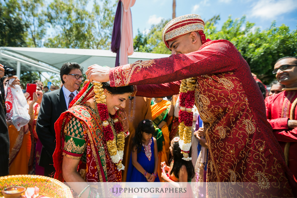 24-newport-beach-marriott-hotel-indian-wedding-photographer-baraat-wedding-cemony-photos