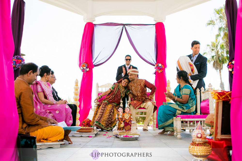 26-newport-beach-marriott-hotel-indian-wedding-photographer-baraat-wedding-cemony-photos
