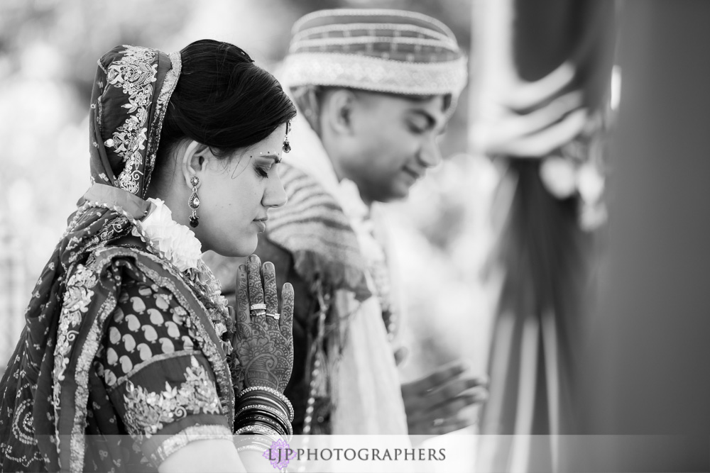 29-newport-beach-marriott-hotel-indian-wedding-photographer-baraat-wedding-cemony-photos