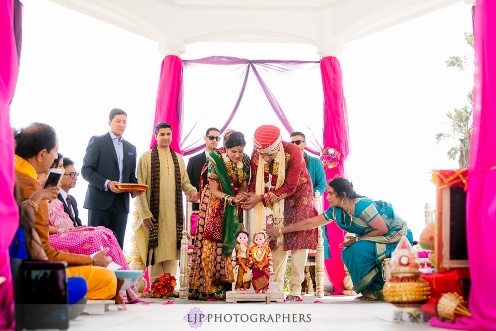 31-newport-beach-marriott-hotel-indian-wedding-photographer-baraat-wedding-cemony-photos