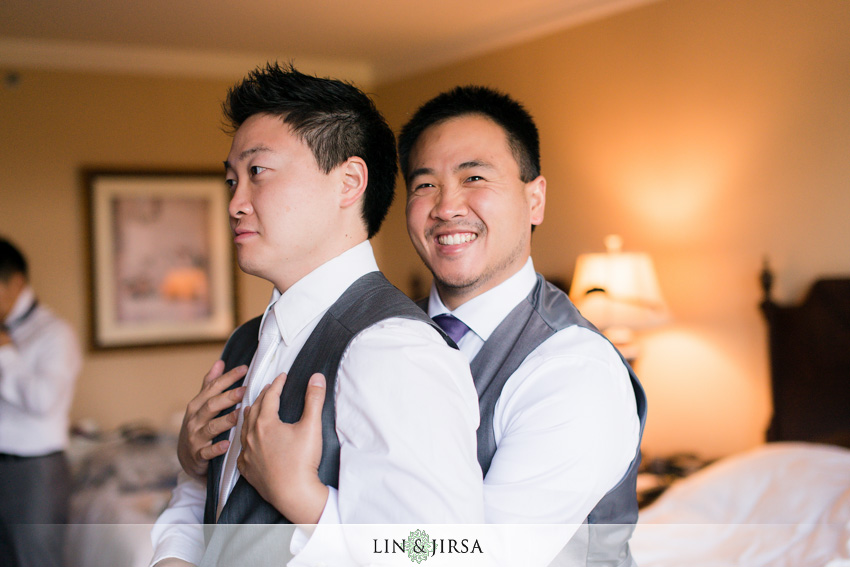 05-skirball-cultural-center-wedding-photographer-funny-pic-of-groom-getting-ready