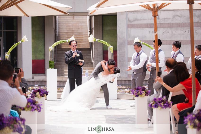 18-skirball-cultural-center-wedding-photographer-first-kiss
