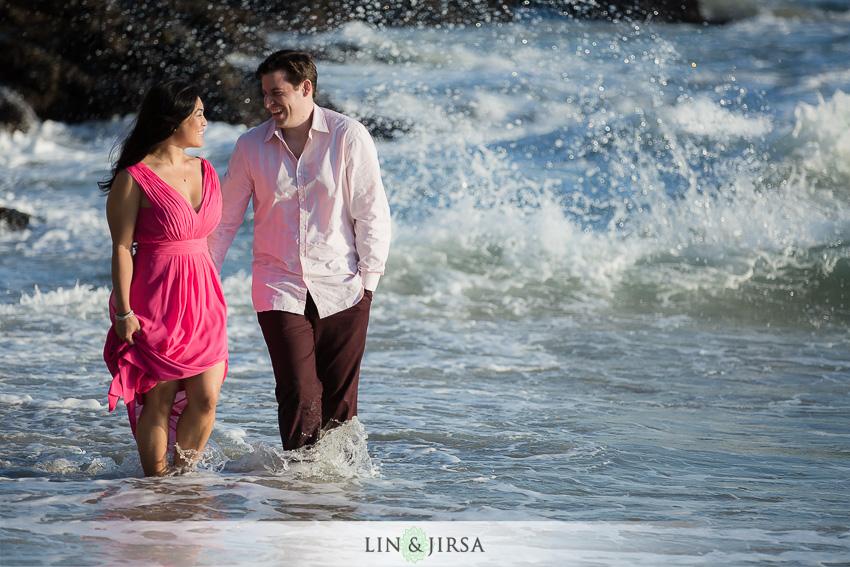 05-fun-beach-engagement-photos