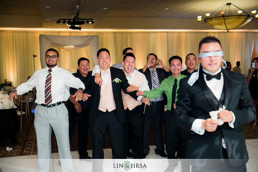 28-crowne-plaza-anaheim-wedding-photographer-garter-toss