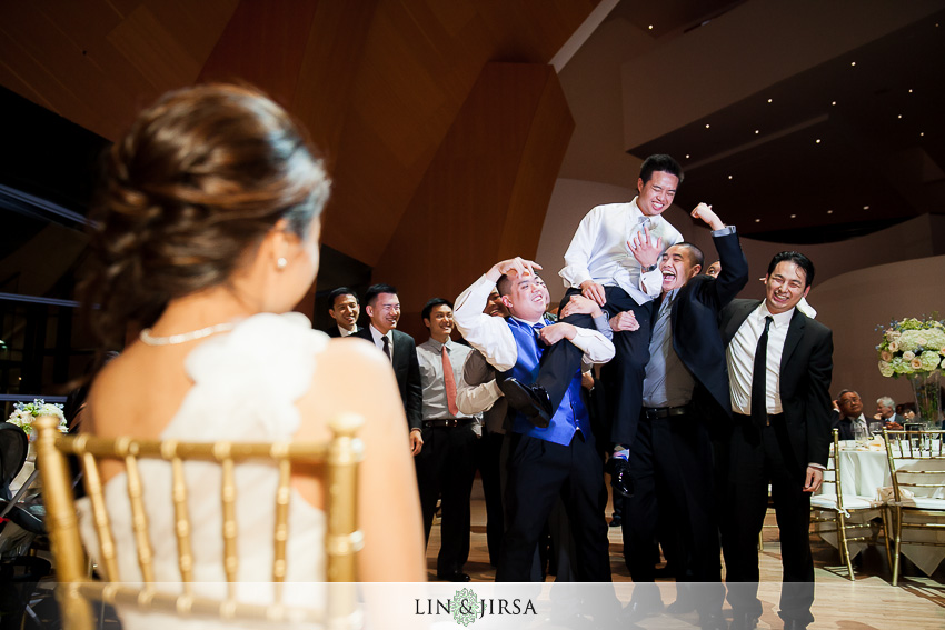 28-walt-disney-concert-hall-los-angeles-wedding-photographer-garter-toss