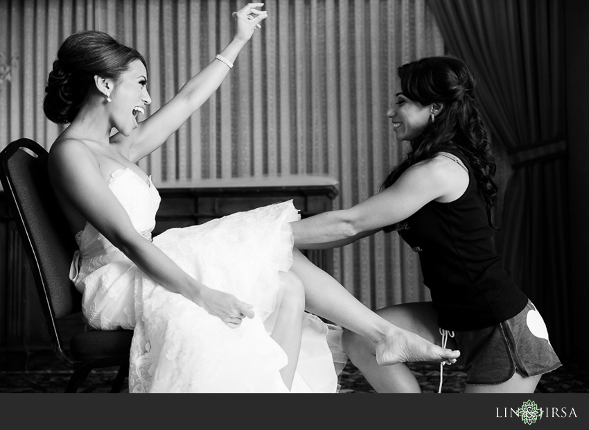 06-fairmont-newport-beach-hotel-wedding-photographer-bride-getting-ready