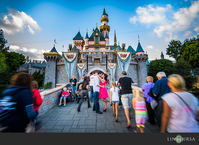 06-disneyland-resort-engagement-photographer