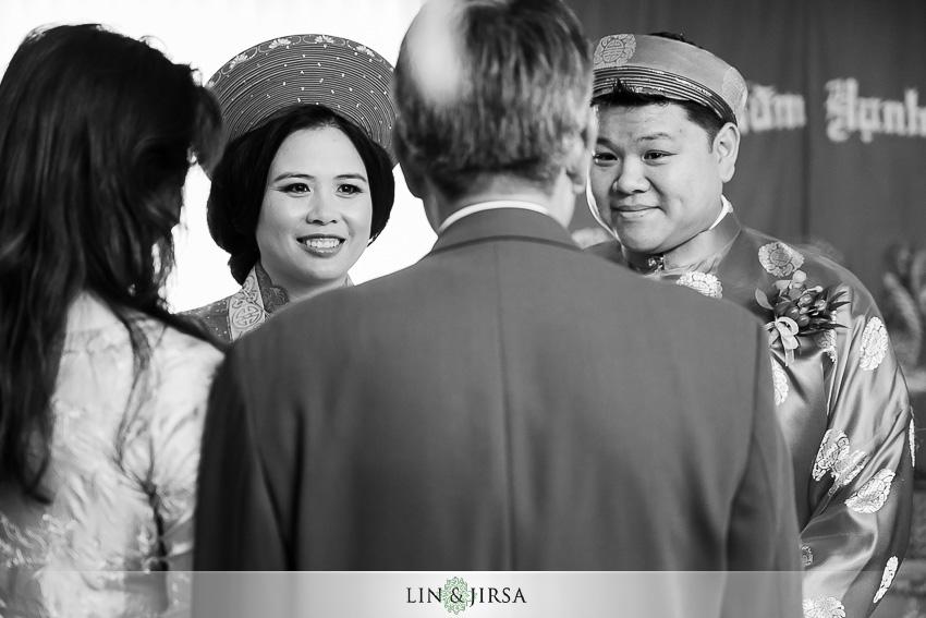 06-huntington-beach-hyatt-wedding-photography-vietnamese-tea-ceremony