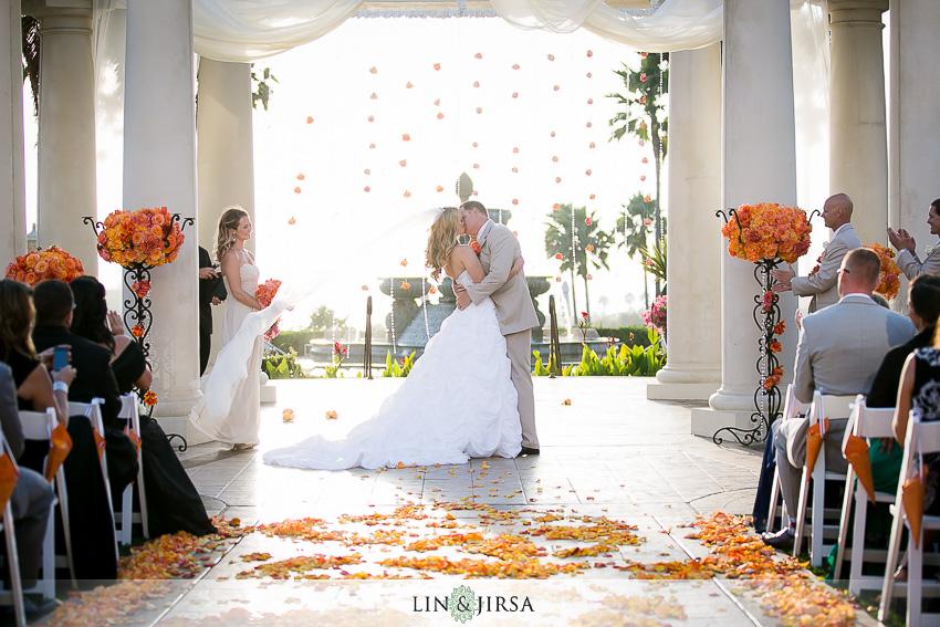 17-st-regis-laguna-beach-wedding-photographer-first-kiss