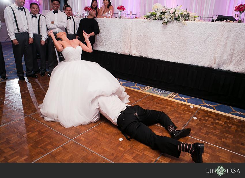 27-jw-marriott-ihilani-ko-olina-hawaii-wedding-photographer-wedding-day-garter-toss-photos