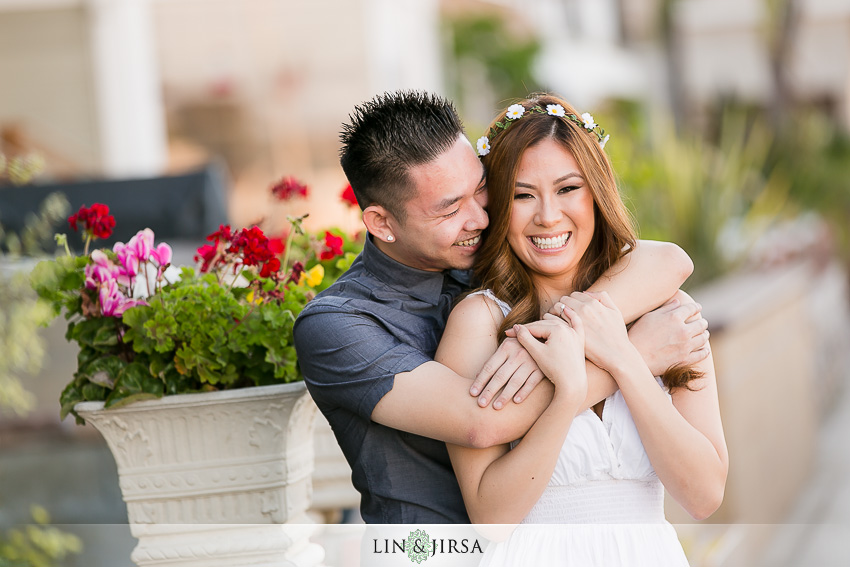 01-fun-balboa-island-newport-beach-engagement-photos