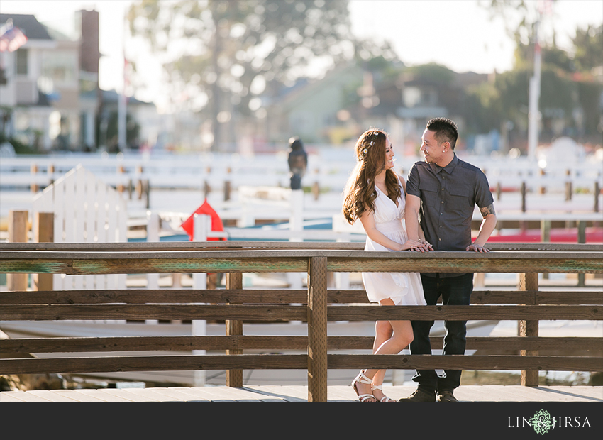 02-fun-balboa-island-newport-beach-engagement-photos