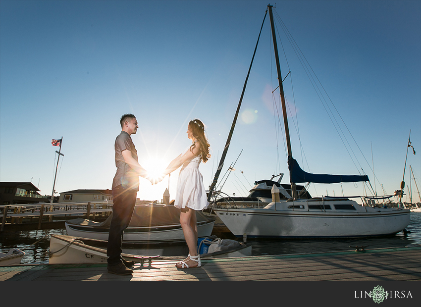 04-fun-balboa-island-newport-beach-engagement-photos
